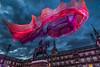 MadridPlazaMayorTsunami_002 (byJMdF) Tags: roja canoneos5dmarkii aficionado amateur lightroom documental foto photo photography fotografia arquitectura architec madrid tsunami janetechelman janet echelman madrid18 plaza mayor nocturna nightphotography arte art canon eso 5d mark ii sky cielo clouds nubes