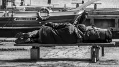 Denmark - Copenhagen (Marcial Bernabeu) Tags: marcial bernabeu bernabéu denmark danmark dinamarca danish danes danés danesa copenhague copenhagen man hombre sleeper sleeping durmiendo durmiente banco bench boat barco monochrome monocromo