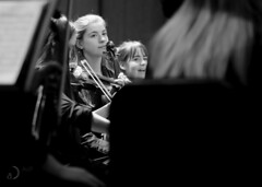 En attendant le maestro/waiting for the maestro (bd168) Tags: violonistes jeunesfilles violinists younggirls musicians musiciennes orchestre orchestra youth jeunes xt10 xf90mmf2rlmwr