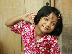 songkran girl (the foreign photographer - ฝรั่งถ่) Tags: songran girl child flowered shirt khlong thanon portraits bangkhen bangkok thailand canon