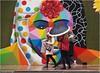 A todo color (Manuel Moraga) Tags: manuelmoraga atodocolor color graffiti chicas lluvia calle madrid españa