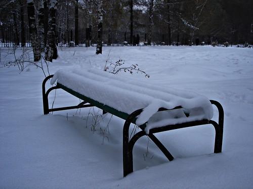 Шапка снега на скамейке ©  ayampolsky