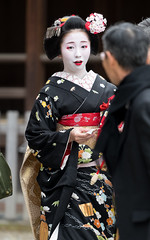 attracted (byzanceblue) Tags: chikaharu 千賀遥 八坂神社 宮川町 駒屋 祇園小唄 京都 gion maiko japan kyoto japanese dance woman girl female cute lovely beautiful beauty 舞妓 舞踊 geisha kimono traditional miyagawacho geiko kanzashi formal 祇園 black 花街 toshiemi white color colour flower nikkor background people photo d850 portrait