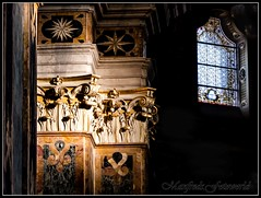 ...the window behind (Manfreds.Fotoworld) Tags: window finestra fenster church chiesa kirche glass stained colonne columns italy italia italien dom cattedrale mantova mantua