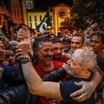 Lula caminha protegido pelo povo de Chapecó do palco do ato até o Hotel. #LulapeloBrasil #LulapeloSul thumbnail
