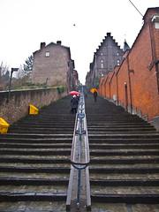 Regnerisch / Rainy (schreibtnix on 'n off) Tags: reisen travelling belgien belgium städte towns lüttich liège treppe stairway montagnedebueren stufen steps regenschirme umbrellas strukturen structures olympuse5 schreibtnix
