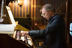 Jaco van Leeuwen bespeelt het Adema-orgel, St.-Agathakerk, Lisse, 14 april 2018. Foto: Alexander Schippers.
