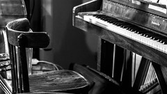 Présence. (Canad Adry) Tags: carl zeiss contax cy planar t 50mm f14 chair piano chaise siège bois wood noir et blanc black white show sony alpha a6000 vintage old classic manual lens