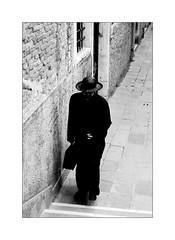 The loneliness of the priest (Franco & Lia) Tags: street fotografiadistrada photographiederue venezia venice veneto prete priest biancoenero blackwhite noiretblanc