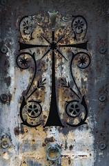 Abandonne. (Canad Adry) Tags: paris père lachaise konica hexanon ar 135mm f32 sony a6000 vintage old manual lens door rusty rouille croix cross christ metal fer iron line curve art back time