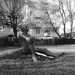 Mannen och trädet (rotabaga) Tags: sverige sweden svartvitt göteborg gothenburg lomo lomography lubitel166 fomapan mediumformat mellanformat 120 blackandwhite bw bwfp