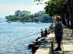 porque hoje é sábado (luyunes) Tags: pescador pescaria pesca fish urca muretadaurca motozplay mobilephotographie mobilephoto luciayunes fisherman fishing
