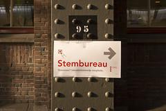 Klinknagels en plakband (Tim Boric) Tags: amsterdam centraal station stembureau pollingstation sign verwijzing klinknagels plakband rivets adhesivetape cijfers numbers verkiezingen elections