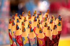 Crayons de couleur arc-en-ciel (Christian Chene Tahiti) Tags: canon 6d auckland nouvellezélnde newzealand crayon crayondecouleur coloriage stick bâtonnet arcenciel bokeh macro closeup colour dessin rouge rose multicolore jaune vert green bleu brillant 7dayswithflickr 7dwf