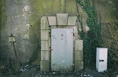 Bunker-Eingang / WW2 Air Raid-Shelter (SurfacePics) Tags: schleuse tür eingang door gasdicht schott bunkerwilhelmshaven wilhelmshaven niedersachsen lowersaxony deutschland germany europe europa zweiterweltkrieg wk2 ww2 worldwar2 bunker hochbunker shelter airraidshelter relict relikte urbex urbanexploring urbanexploration abandoned lostplace urbexpeople decay exploration nordwesten norddeutschland krieg luftschutz luftschutzturm luftschutzbunker historical amazing stunning sonyalpha77ii sonyalpha photo photography foto fotografie april 2018 surfacepics jade airraid entrance luftdicht