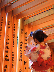 Fushimiinari Shrine Kyoto (atria2718) Tags: japan nippon kyoto women 日本 京都 着物 fushimiinari shrine torii kimono camera 伏見稲荷大社 鳥居 kanji