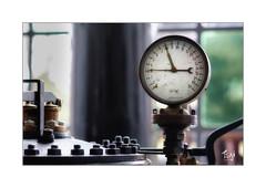 Druckkessel Anzeige (Fujigraf) Tags: steam old dampf maschine manometer bar druck kessel schrauben fenster window fuji xt20 56mm