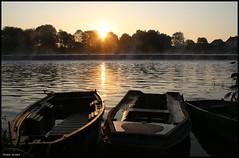La Suze sur Sarthe (Sarthe) (gondardphilippe) Tags: lasuzesursarthe sarthe maine paysdelaloire rivière rural river couleurs leverdesoleil levédesoleil sunrise barques bateau boat eau water soleil sun
