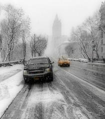 Dia de nieve (Perurena) Tags: nieve snow nevada nevando coches cars transporte calle street edificios buildings ciudad city taxi yellowcab nuevayork manhattan estadosunidos