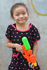 cute girl (the foreign photographer - ฝรั่งถ่) Tags: cute girl child squirt gun khlong thanon portraits bangkhen bangkok thailand nikon d3200