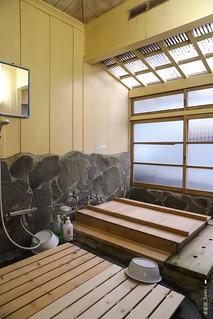 2F4A4989-浴室,木蓋掀開就是盛滿熱水的檜木浴池