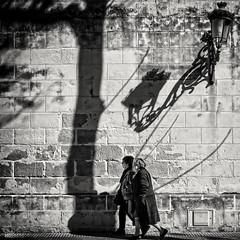 ... (ángel mateo) Tags: ángelmartínmateo ángelmateo cádiz andalucía españa andalusia spain elpuertodesantamaría farola sombras mujeres paseo andando pared murodepiedra árbol lamp post shadows women walk wall stonewall tree