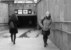 Direcciones opuestas (no sabemos cómo llamarnos) Tags: street rue calle streetphotography fotourbana fotocallejera urbanphotography photoderue blancoynegro blackandwhite noiretblanc mujeres women femmes