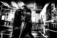 Boxe (KATANGA67) Tags: bw blackwhite blackandwhite boxe boxeurs boxeanglaise fujifilmx100 fujix100 fuji france finepix monochrome nb noiretblanc photography photo photographie photos photographies people parisiens paris urban x100