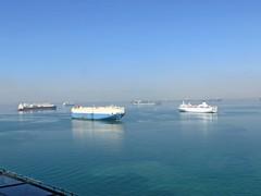 Egypte, le Canal de Suez, un trafic intence bateau en attente (Roger-11-Narbonne) Tags: canal suez egypte bateau