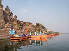 LR Madhya Pradesh 2018-2240556 (hunbille) Tags: birgittemadhyapradesh20182lr india madhya pradesh madhyapradesh maheshwar ghat ahilyabai ghats ahilyabaighat narmada river holy ahilya palace fort boat boats