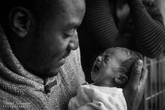 Elyna et son père (DavidLabasque) Tags: bebe bébé baby babe fille fillette lil girl little enfant child père papa dad daddy pleure cry canon eos 6d blackandwhite noiretblanc nb bw monochrome french france 2017