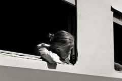 Hsipaw-Mandalay. Myanmar (Igorza76) Tags: myanmar república unión birmania republic union burma asia sudeste asiático southeast hsipaw thibaw သီပေါ သီႇပေႃႉ shan state estado mandalay gokteik gohteik viaduct bridge puente train tren ferrocarril railroad railway ဂုတ်ထိပ်တံတား ventana window señora lady woman blanco negro zuri beltz baltz black white bw bn zb blackandwhite blackandwhitephoto contraluz backlight fuji xt10 2017 oporrak