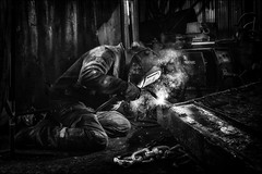 L'antre de Vulcain! / Vulcan's den! (vedebe) Tags: noiretblanc netb nb bw monochrome homme humain human people feu travail chantier chantiernaval pêche port ports leguilvinec guilvinec bretagne france rue city ville urbain urban street
