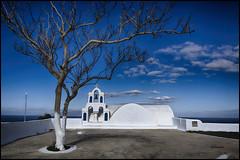 composición con árbol (bit ramone) Tags: azul blue molino cruz santorini grecia grece oia travel viajes bitramone mediterráneo arquitectura cielo