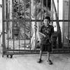 Juguete de plástico (Marcos Núñez Núñez) Tags: niño juguete oaxaca tuxtepec reja plástico retrato portrait bw blancoynegro blackandwhite streetphotography street calle fotografiacallejera canon