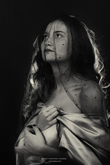 La Donna prega (Paco Fuentes Vicario) Tags: retrato portrait bn bw blancoynegro blackandwhite blackwhite donna prego prega rezo súplica velo woman mujer joven girl