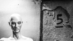 Mannequin and a five in Nice, France and 29/8 2015. (photoola) Tags: nice sv five monochrome blackandwhite photoola france mannequin