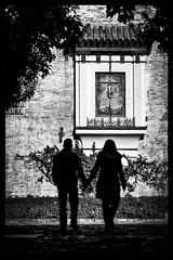love is in the air (mgarciac1965) Tags: bn blackandwhite sevilla seville seviglia andalucía andalucia andalusia españa spain espagne santacruz barrio gente calle street people nikond5200 nikon light art