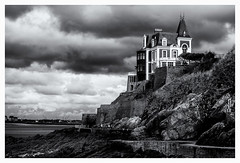 Le chemin des douaniers ! (bertranddorel) Tags: dinard promenade villa rochesbrunes people personnes mer sea ngc france bretagne europe bnw bw bn nb blackandwhite blancetnoir contrast ciel sky nuages clouds ville city ciutad town street streetphoto rue