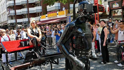 CSD 2006: Sklave mit Kutsche in Hamburg Sankt Georg