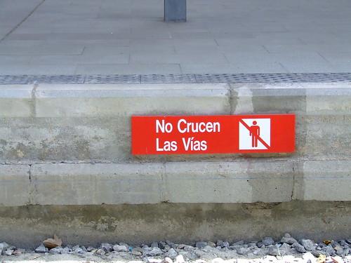 Fotografía del cartel de prohibido cruzar las vías de Cercanías