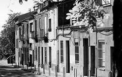 Cuesta abajo (Lograi) Tags: sabadell barcelona cataluña catalunya catalonia españa espanya spain geoetiquetada geotagged bw blancoynegro byn blackandwhite blackwhite bn casa house