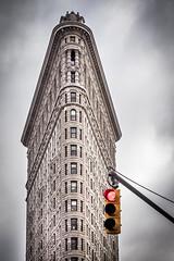 rot (TS_1000) Tags: ny nyc newyork newyorkcity ampel rot red olympus signal architektur flatironbuilding omdem1 manhattan building bügeleisen märz usa simple