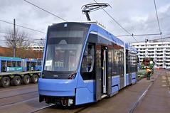 Der Stromabnehmer liegt an, die Kupplung ist noch in eingeklapptem Zustand (Frederik Buchleitner) Tags: 2701 anlieferung avenio betriebshof betriebshof2 mvg munich münchen schwertransport siemens strasenbahn streetcar twagen t2 tram trambahn