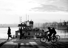 Stockholm, February 8, 2018 (Ulf Bodin) Tags: morgon sverige winter water nybroplan outdoor monochrome city streetphotography sea sky morning shadows people boat canoneosm3 ferry canonefm55200mmf4563isstm sunrise vinter stockholm sweden blackandwhite sunup urbanlife stockholmslän se