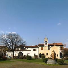 (Paolo Cozzarizza) Tags: italia lombardia bergamo romanodilombardia scorcio piazza statua chiesa aiuola piante alberi