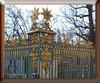 Schloss Charlottenburg (magritknapp) Tags: zaun baum himmel fence tree sky clôture arbre ciel valla árbol cielo céu da árvore de vedação recinzione albero afrastering dreunen hoofdattractie staket träd hegn træ zagroda wysięgnik podsufitka
