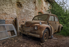 Le coup de la panne (L'empreinte du temps) Tags: aventure oublié souvenir memoire temps ancien manfrotto 60d old past passé exploring abandoned architecture abandonné exploration urbex france friche 2018 canon decay patrimoine travel culturel closed rouille ruine ruined frosaker voiture car bagnole grange 4ch