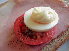 Schinkenbrot (Hannelore_B) Tags: lebensmittel food brot bread schinken ham krustenschinken crustedham tomate tomato ei egg pfeffer pepper mayonnaise condiment macromondays