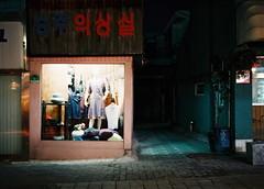2050/1835 (june1777) Tags: snap street seoul bukchon night light dark fujifilm ga 645 ga645 fuji superia 100 fujinon 60mm f4